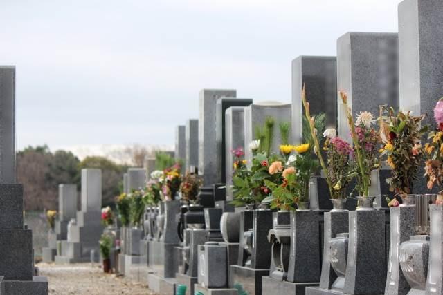 花の飾られる墓が並ぶ写真