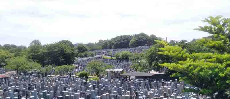 たくさんの墓が並ぶ墓地の写真