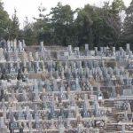 たくさんのお墓が並ぶ墓地の写真